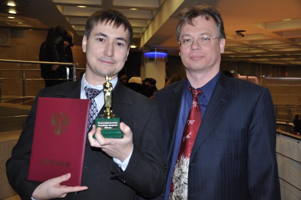 Ректор КНИТУ Герман Дьяконов и студент МФ Константин Терещенко.JPG